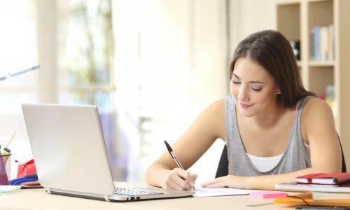 dievca zapisuje na papier - fit diar